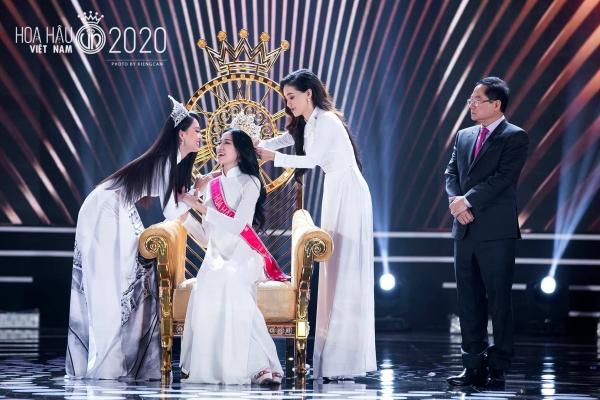 Trần Tiểu Vy viết tâm thư gửi tân hoa hậu Đỗ Thị Hà: 'Sắc đẹp, trí tuệ của em sẽ làm cho chiếc vương miện lung linh hơn' 1