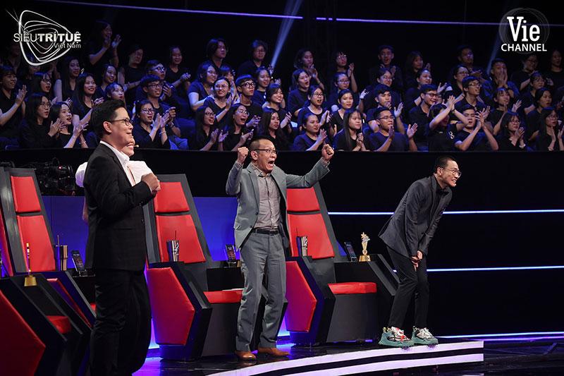 Ban giám khảo cùng khán giả theo dõi trực tiếp đã nhiều lần vỡ òa trước phần thể hiện của các thí sinh.