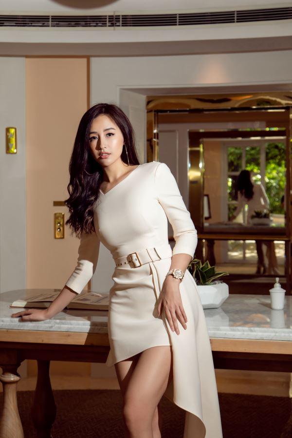 Mai Phương Thuý diện chiếc váy nhã nhặn với tông màu pastel đến sự kiện, nhưng vẫn nổi bần bật nhờ chiều cao 1m8, gương mặt xinh đẹp và phong cách thời trang bất đối xứng thời thượng.
