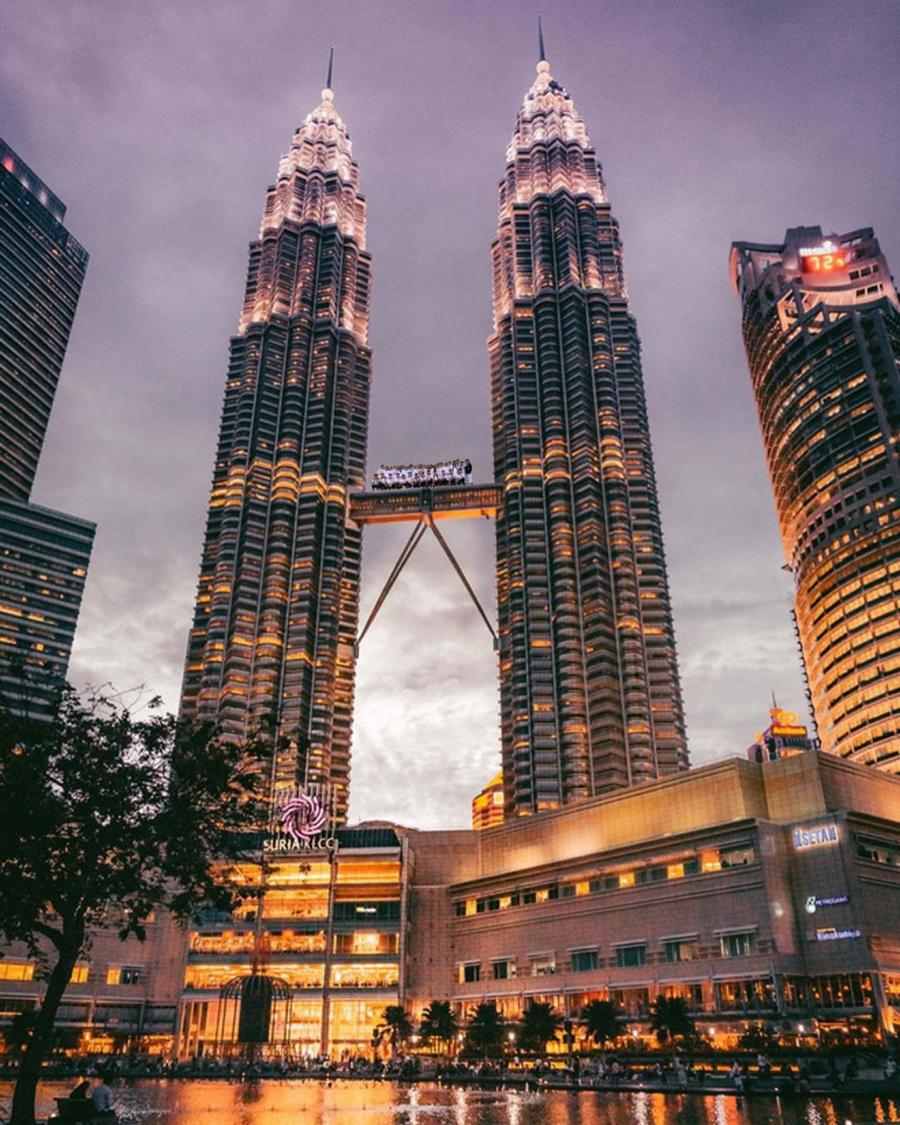 Ghé thăm Tháp Petronas (Malaysia) nhé, nhưng đặt máy chụp ở hơi xa thôi...