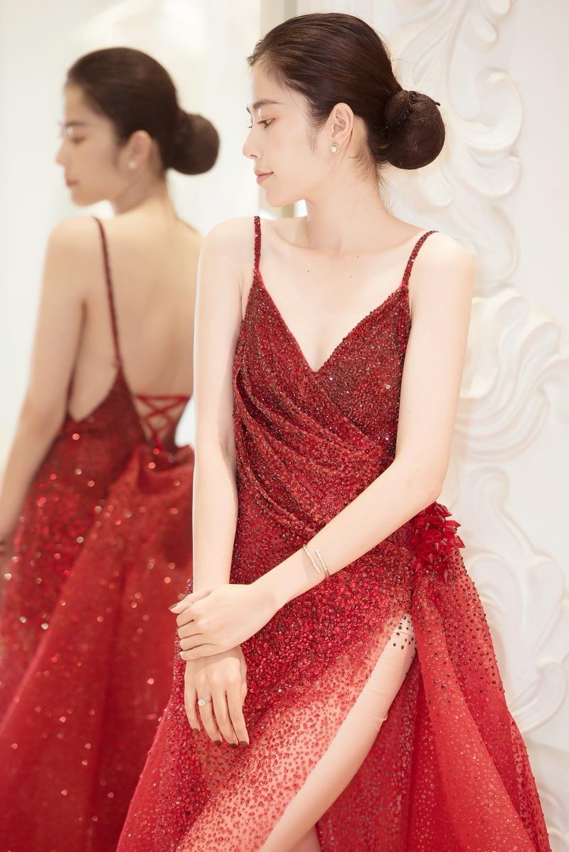 Cùng với đó, Nam Em cũng diện một bộ váy dự tiệc sang trọng, được đính tỉ mỉ bằng đá sapphire và có giá trị nửa tỷ đồng.