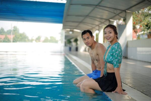 Tiến Hoàng có mối tình ngọt ngào với nữ diễn viên Katleen Phan Võ trong phim.