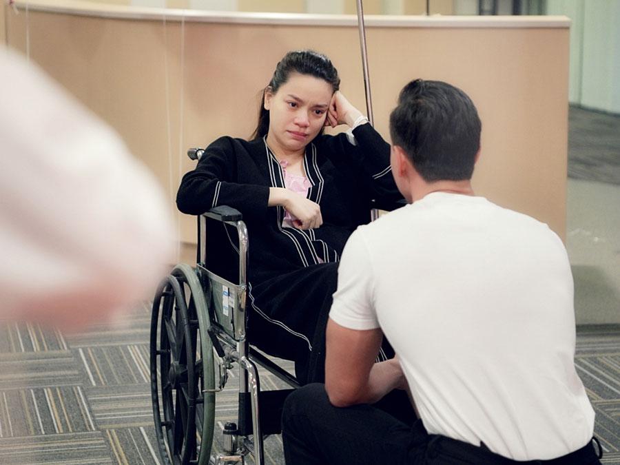 Giây phút hạnh phúc của Hà Hồ khi nhận lời cầu hôn của bạn trai Kim Lý khi vừa mới sinh con xong.