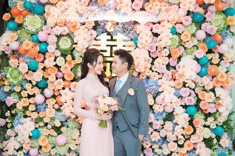Chính thức hé lộ ảnh thiếu gia Phan Thành tình tứ ôm hôn cô dâu Primmy Trương trong đám hỏi 0