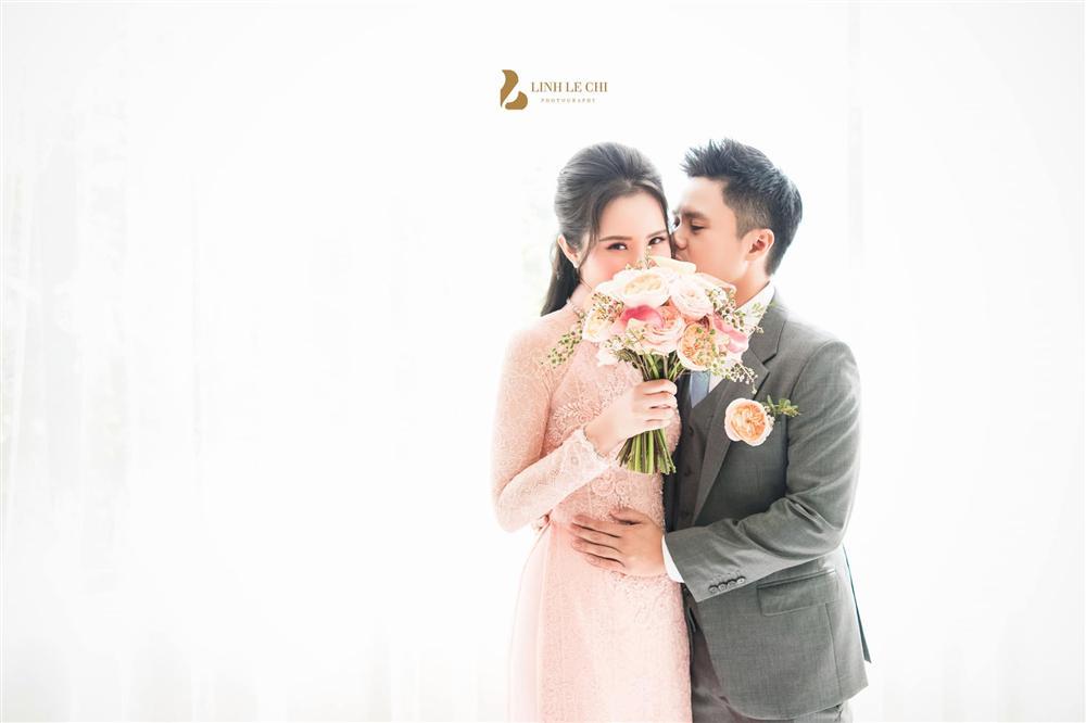Chính thức hé lộ ảnh thiếu gia Phan Thành tình tứ ôm hôn cô dâu Primmy Trương trong đám hỏi 1