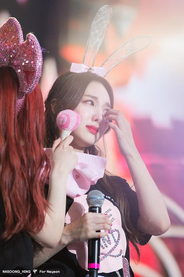 Nayeon từng khóc nức nở vì… cầm mic ngược, ai ngờ câu chuyện đằng sau khiến người hâm mộ rơi nước mắt 0