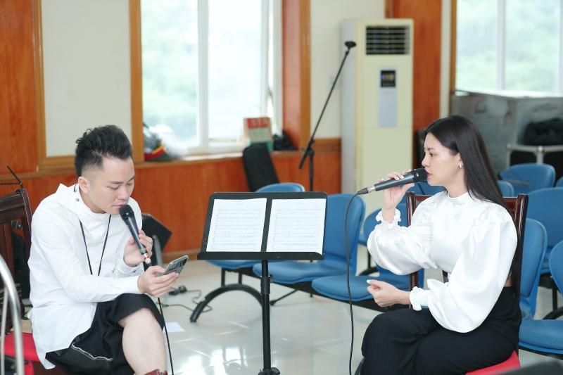 Tùng Dương say mê tập nhạc bên Ngọt, Hà Trần và Bùi Lan Hương 1