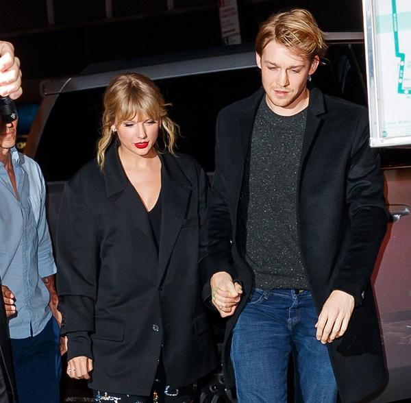 Taylor Swift bất ngờ xác nhận người đồng sáng tác ca khúc 'exile' chính là bạn trai hiện tại của cô -Joe Alwyn.
