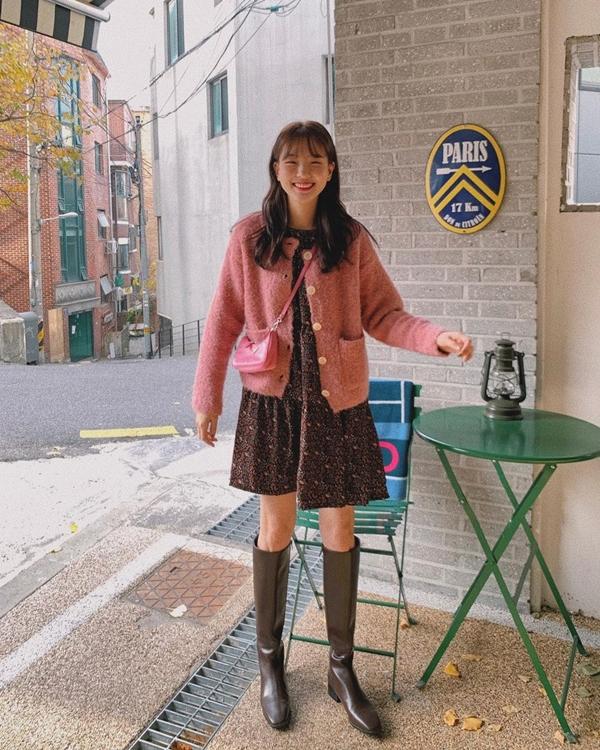 Váy babydoll họa tiết hoa nhí và cardigan mang đếncho bạn một outfit ấm áp, nền nã đầy nữ tính. Chỉ cần diện thêm một đôiboots cao dưới gối nữa thì set đồ trông sẽ hay ho hơn rất nhiều. Hơn nữa, kiểu boots này cũng giúp các nàngche khéo bắp chân kém thon của mình.