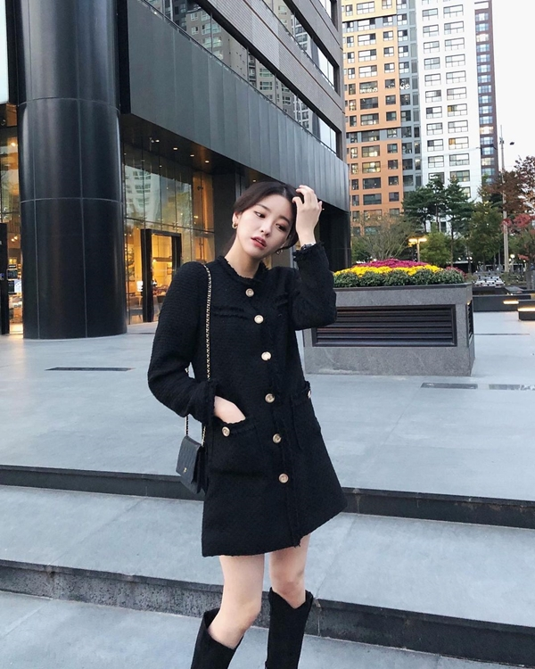 Sắm một chiếc váy vải tweed cổ điển, bạn cứ yên tâm sẽ có vẻ ngoài sang chảnh, thanh lịch. Nếu muốn thay đổi style trendy hơn, hãy thay đôi giày đế bệt hay loafer bằng một đôi boots thời thượng.