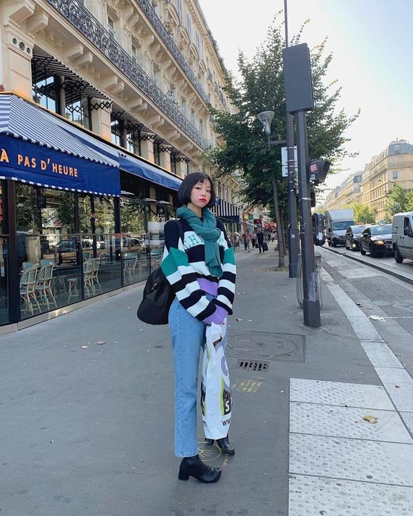 Áo len kẻ sọc, quần jeans và boots dacho bạn công thức mặc đẹp mùa lạnh khá hay ho, diện lên vừa năng động mà vẫn nữ tính.