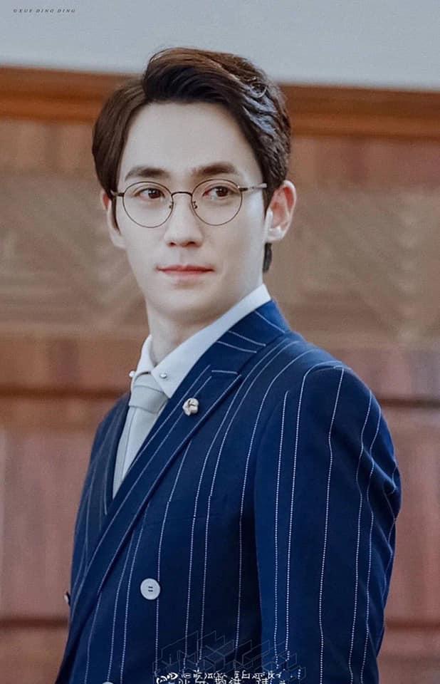 Nhân vật Thẩm Ngụy trong Trấn hồn là giáo sư nên Chu Nhất Long có vẻ đẹp tri thức, điềm đạm