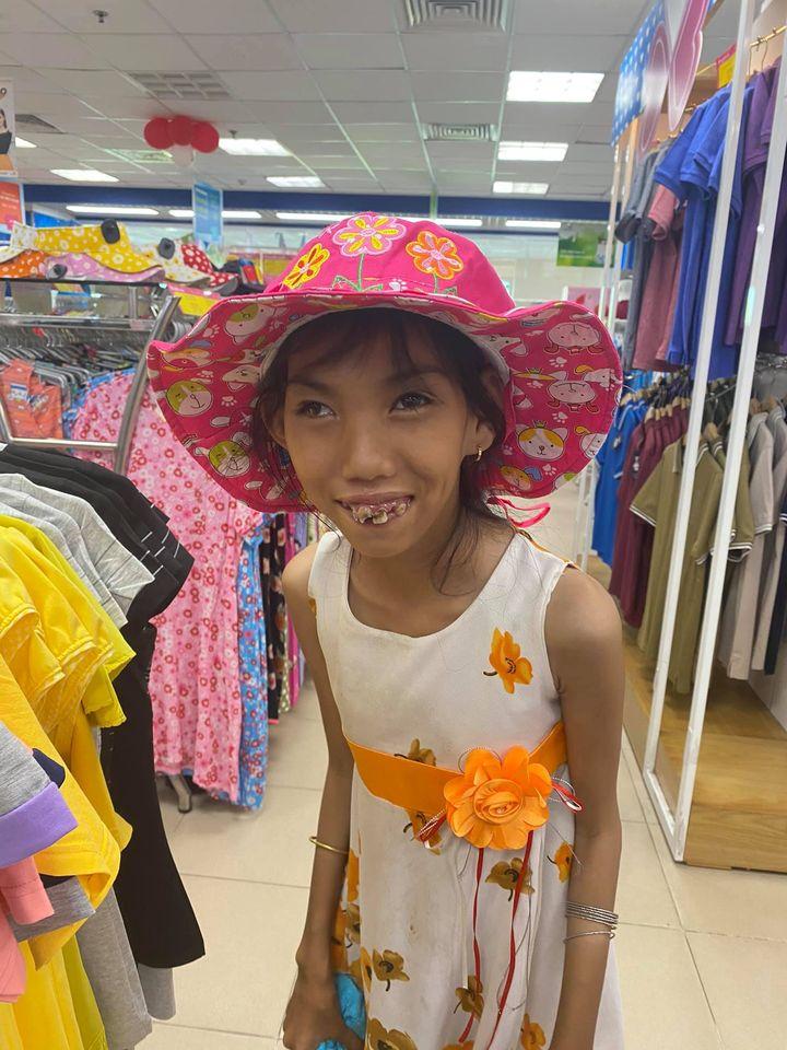 Nụ cười hạnh phúc của cô bé 18 tuổi bị teo não bẩm sinh khi được mua quần áo mới: Em vui lắm 2