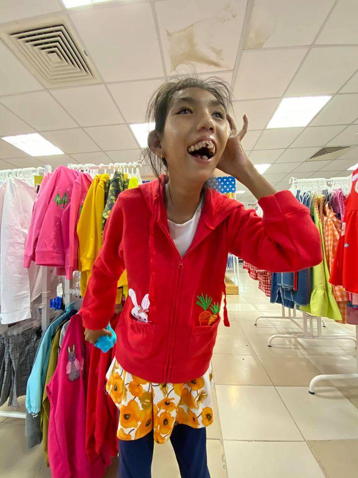Nụ cười hạnh phúc của cô bé 18 tuổi bị teo não bẩm sinh khi được mua quần áo mới: Em vui lắm 4