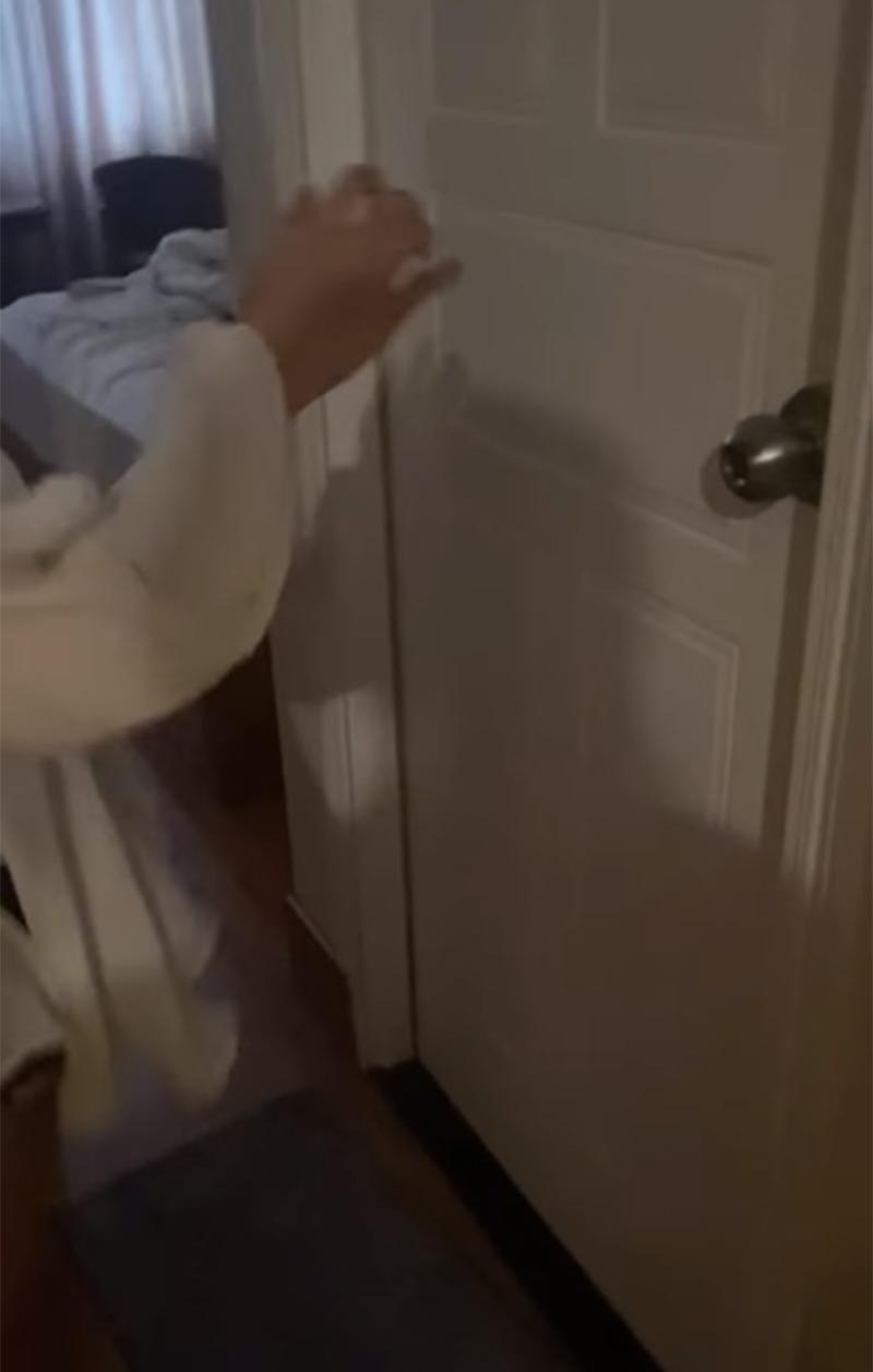 Nhân tình vẫn cố thủ trong nhà vệ sinh mặc cho công an và cả chị vợ yêu cầu ra ngoài.
