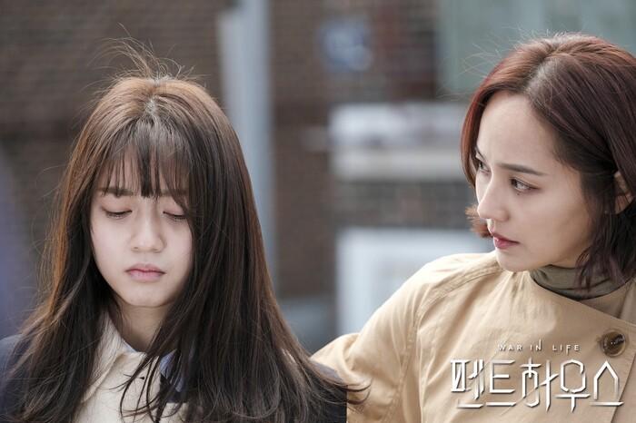 Hai mẹ con Ro Na là trung tâm ồn ào của phim.