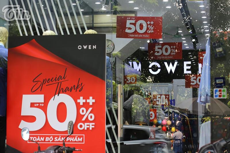 Nhiều cửa hàng để chương trình sale rất lớn, áp phích, biển hiệu đều đề giảm giá từ 50% trở lên, giảm giá toàn bộ cửa hàng,...