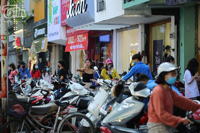 Một cửa hàng khác ở Chùa Bộc khách đông đến nỗi xe máy xếp chật kín cả vỉa hè.