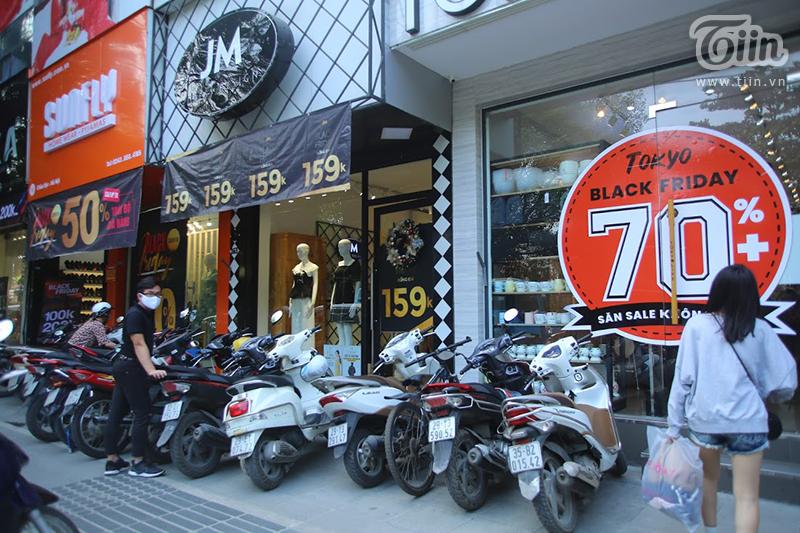Hầu hết các cửa hàng đều áp dụng các chương trình sale khủng từ 50%, 70%, 90%. Thậm chí có cả các chương trình đồng giá từ 0 đồng, 100K, 129K, 159K.