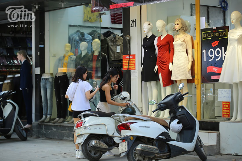 Váy sale tới 199K mà số lượng khách hàng cũng không khá khẩm hơn.