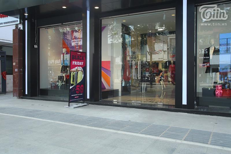 Bên cạnh đó, nhiều shop thời trang vắng bóng khách hàng bởi người dân đã quá quen thuộc với các chiêu trò hút khách của cửa hàng. Các mặt hàng sale 90% chỉ có số lượng rất ít, còn lại giảm giá 5, 10, 30%,...