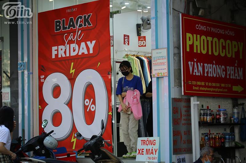 Nhân dịp sale lớn này, cáccửa hàng cũng tranh thủ lượng khách hàng đến đông để trưng bày những dòng sản phẩm mới. Tuy nhiên các mặt hàng mới hoặc độc lạ thường ít sale.