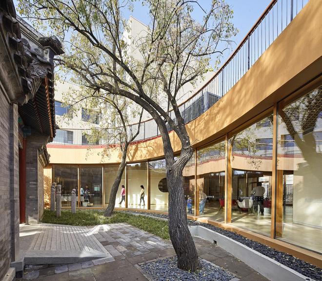 Thiết kế của ngôi trường này có sự kết hợp giữa nét kiến trúc cổ kính và tòa nhà cao tầng hiện đại.