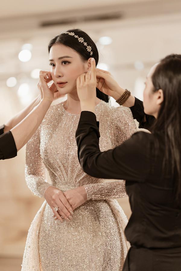 Make up nhẹ nhàng tôn vẻ đẹp của Thanh Tú.