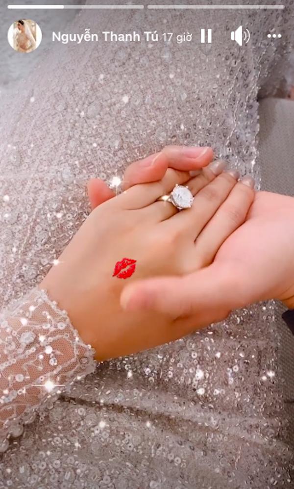 Chiếc nhẫn đính hôn được cô 'khoe' trên story khiến nhiều người 'chóng mặt' vì độ 'khủng' của viên kim cương