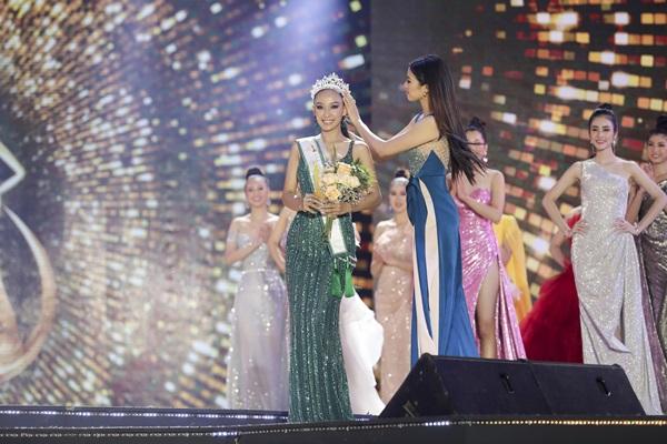 Khoảnh khắc Á khôi 2 Ngô Thị Mỹ Hải nhận vương miệncủa cuộc thi Hoa khôi Du lịch Việt Nam 2020.