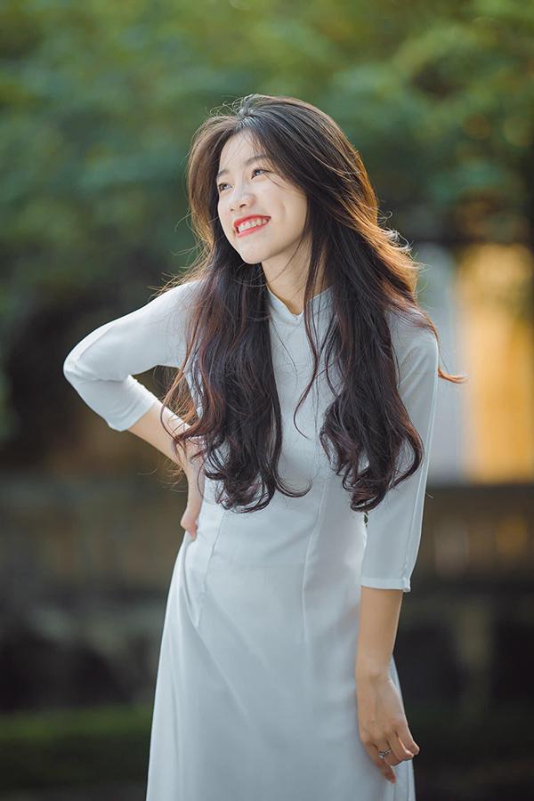 Nguyễn Hoài Anh tươi tắn trong bộ áo dài.