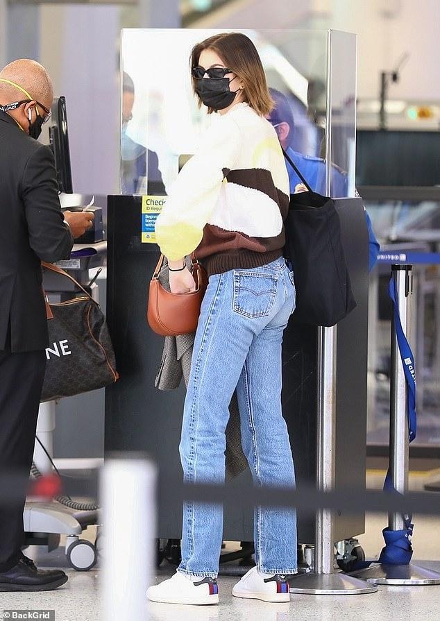 Tuy nhiên, nhiều người cho rằng khi đeo kính, mang khẩu trang, Kaia Gerber khá giống Kendall Jenner.
