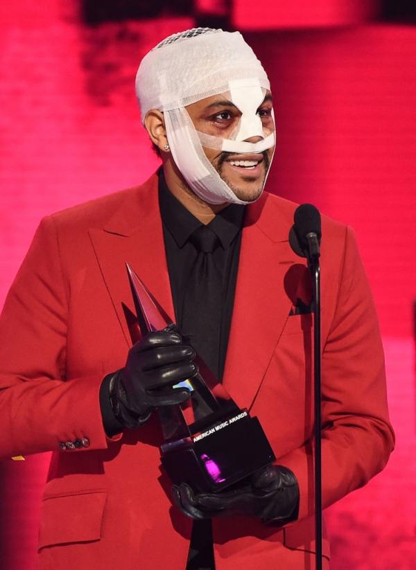 The Weeknd mang tạo hình đậm chất 'kinh dị' đến AMAs.
