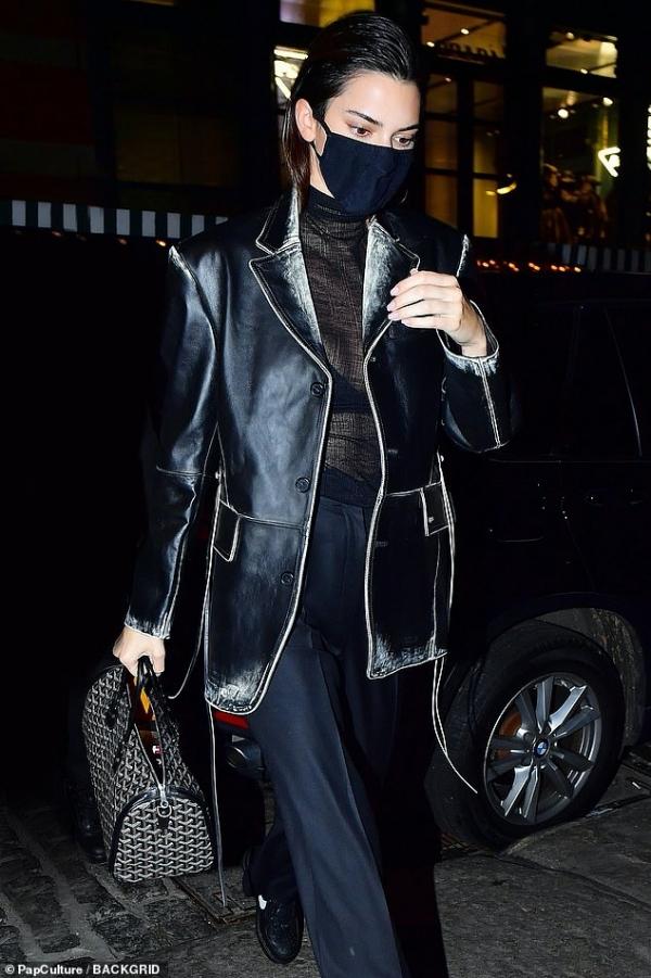 Ơn trời, Kendall Jenner đã không tiếp tục chuộng những bộ cánh đơn giản nữa mà 'lên' hẳn 1 'cây đồ' siêu chất. Set đồ được kết hợp ừ áo khoác da, áo len mỏng xuyên thấu và quần âu, tất cả đều xuyệt 1 tông đen nhưng tạo cảm giác sang chảnh nhiều hơn 'dừ'.