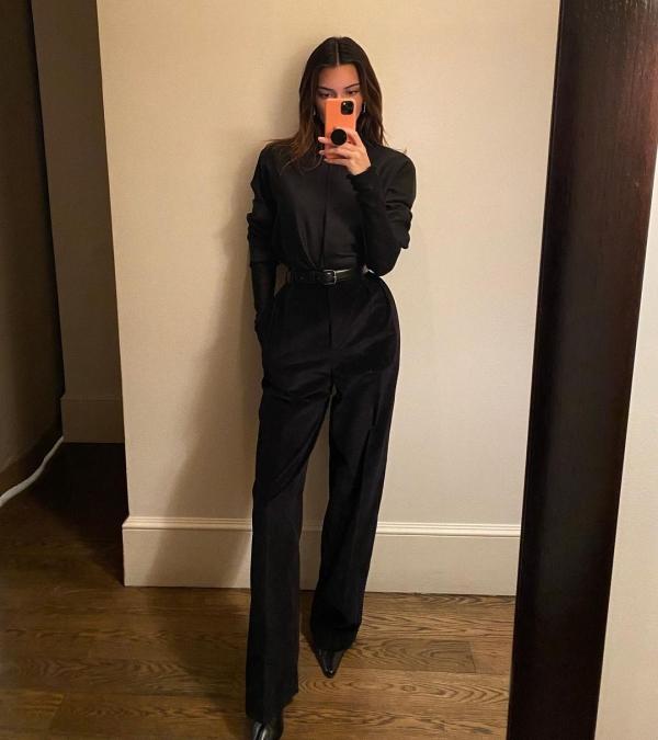 Ở 1 set khác đơn giản hơn, mỹ nhân 9x chọn blouse sơ vin quần tây đen, thêm chiếc thắt lưng để nhấn nhá vòng eo và tạo cảm giác 'hack chân'.