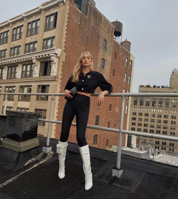 Chắc vì sợ set đồ đen của mình bị 'nhàm' nên Elsa Hosk đã phối thêm đôi boots trắng toát nổi bật, tuy nhiên 'công thức' này chỉ áp dụng được với các cô nàng có đôi chân siêu dài.