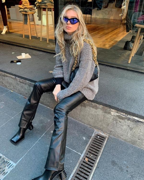 Nếu như Hailey Bieber phối quần da với áo khoác da cho đồng bộ thì Elsa Hosk lại chọn cho mình chiếc áo len cổ lọ 'to xụ' nhưng lại rất đáng yêu và cũng dễ áp dụng nữa.
