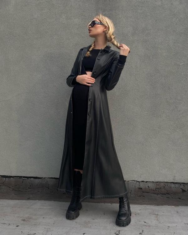 Phong cách thời trang của chân dài Victoria's Secret lúc nào cũng đáng bàn. Vẫn là style 'all-black', nhưng Elsa khiến nó 'chanh xả' hơn nhiều với chiếc trench coat da đen dài đến tận mắt cá chân và bra top cùng chân váy.