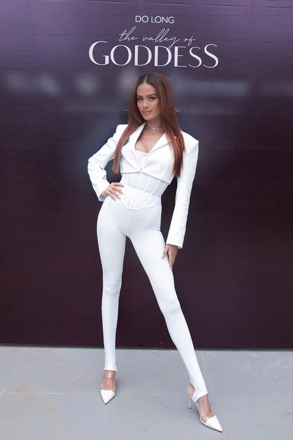 Siêu mẫu Như Vân đã có màn thị phạm catwalk ấn tượng, đầy thần thái. 'Bà mẹ hai con' tự tin khoe thân hình nóng bỏng, vẻ đẹp lai quyến rũ vốn là thế mạnh nổi trội của cô.
