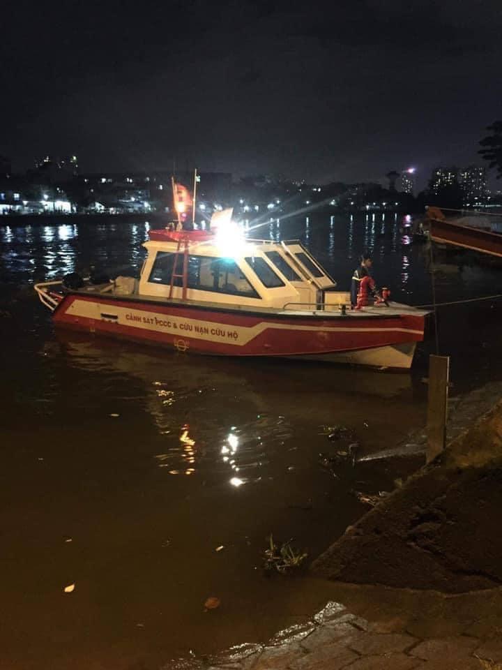 Hiện trường vụ việc đang có rất đông người dân tập trung theo dõi, trong khi công tác cứu hộ đang khẩn trương diễn ra