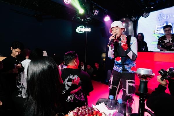 Ngay sau đó, sự xuất hiện của Weeza - anh chàng điển trai bước ra từ cuộc thi King Of Rap khiến cho khán phòng như bùng nổ với loạt ca khúc từng được khán giả yêu mến trước đó như: Chúa Tể Của Những Chiếc Sừng hay Nốt Sét Anh Về. Weeza cũng không quên gửi tặng thêm một track demo mới toanh mang tên Ok Fine.