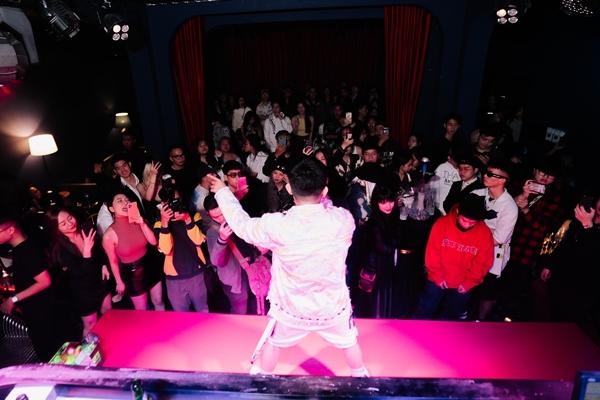 Dàn ca sĩ, rapper trẻ hội tụ, Karik bất ngờ xuất hiện cổ vũ và còn được học trò Ricky Star gọi là 'bé ngoan' 9