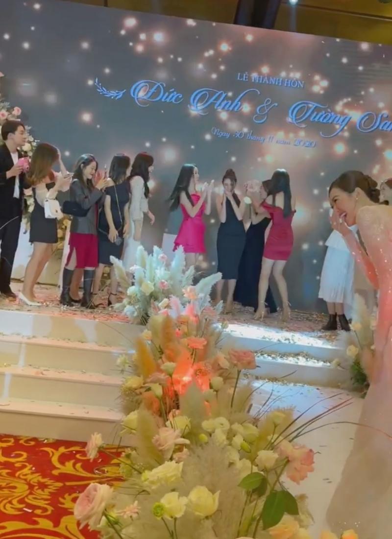 Màn 'gian lận', 'ép' đàn chị phải cầm bằng được bó hoa cưới của Hoa hậu Tiểu Vy.