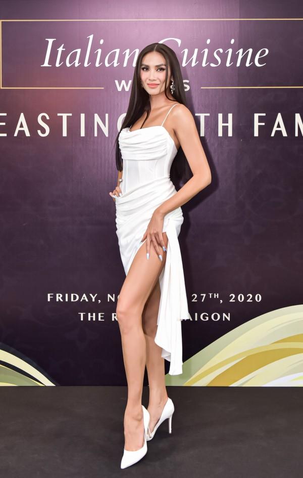 Siêu mẫu Võ Hoàng Yên sang trọng, gợi cảm trong thiết kế váy ôm
