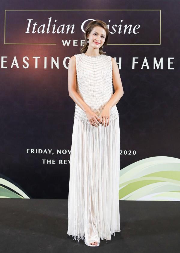 Người mẫu Hương Ly nổi bật trong thiết kế dáng suông với điểm nhấn là tua rua ở phần chânváy