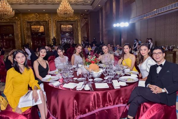 Á hậu Mâu Thủy, Á hậu Hoàng My, Á hậu Kim Duyên cùng dàn khách mời bước ra từ chương trình Vietnam's Next Top Model như Quán quân Hương Ly, người mẫu Cao Ngân, người mẫu Thùy Dương, người mẫu Cao Thiên Trang trò chuyện vui vẻ cùng nhau.