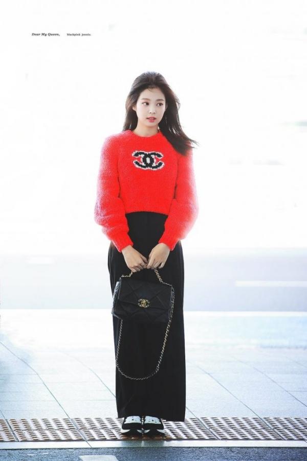 Jennie cũng chọn áo len, nhưng cô lại sơ vin với quần tây đen. Sự phối hợp ăn ý giữa 2 màu sắc đỏ và đen giúp Jennie càng nổi bật hơn.