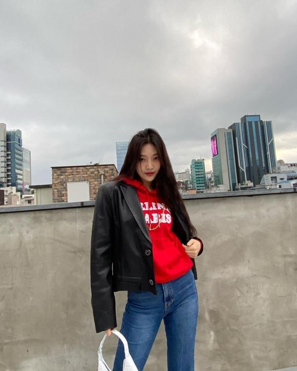 Những cô nàng thích style bụi bặm cá tính thì có ngay ý tưởng mix đồ của Joy nhà 'Nhung Đỏ': hoodie và áo khoác da cùng quần jeans.