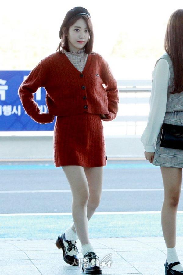 Những set đồ xuyệt màu đỏ tạo nét nữ tính, ngọt ngào cho hội chị em, nhưng chỉ nên chọn màu đỏ thiên trầm như Sakura nếu không muốn quá 'chói lóa'. Như thường lệ, phụ kiện được mỹ nhân yêu thích phối với set đồ đỏ là mũ beret 'bất bại'.