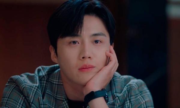 Người hâm mộ tin rằng để 'nam tử hán' quỳ gối cầu xin bạn gái trong trường hợp như vậy thì Kim Seon Ho có lẽ đã yêu cô gái này rất nhiều, nhưng không hiểu vì sao trước tình cảm chân thành của 'soái ca' này, cô gái đó có thể 'nhẫn tâm' đối xử với anh như vậy